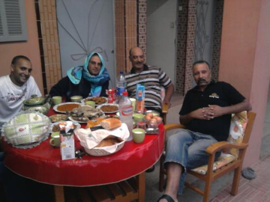 arrivée à Mirleft,  invités au Ftour par ABDELILAH déjà présent à Mirleft.
