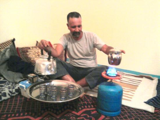 n'oublions pas nos tradition, Ghaitoumi prépare le thé