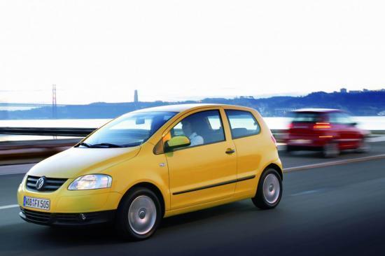 Son patronyme vient de la Polo qui avait connu le succès avec la série spéciale Fox dans les années 80. Ce nom a également été utilisé pour les petites voitures de VW en Amérique du Sud. Et justement, c'est de là que nous vient la Fox actuelle. Lancée en juin 2005, cette petite citadine trois portes est fabriquée au Brésil. Réponse à la Twingo et à la triplette C1/107/Aygo, elle remplace la Lupo qui était vendue trop chère. Construite sur la base de l'ancienne Polo, elle a bénéficié en juillet 2006 d'un restylage plus avenant.