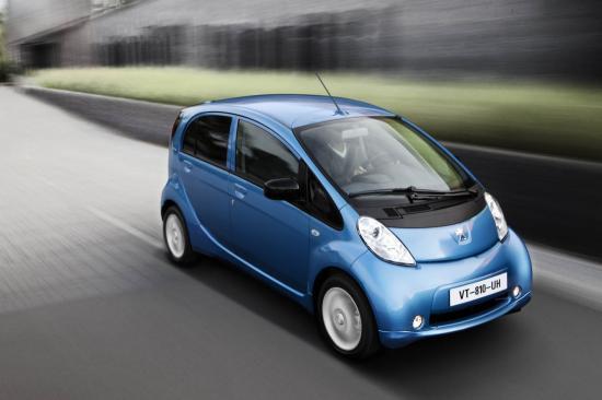 Cousine des Mitsubishi i-MiEV et Citroën C-ZERO, la Peugeot iOn est à la première voiture électrique commercialisée à grande échelle par le Lion. Longue de 3.48 m et large de 1.47 m, la iOn est une petite citadine qui se destine principalement à une utilisation urbaine. Côté motorisation, elle reçoit un bloc électrique d'une puissance de 47 kW (64 chevaux) et de 180 Nm de couple maximal. Ce générateur permet de disposer selon l'envie d'une puissance constante. Ainsi équipée, la iOn ne met que 3.5 secondes pour passer de 30 à 60 km/h. La recharge complète de la voiture prend sept heures à partir d'une prise domestique classique. Par le biais d'une borne spécifique il ne faut que quinze minutes pour une charge de 50% et une demi heure pour monter à 80%. Ainsi dotée la citadine affiche une autonomie moyenne de 120 km. La Peugeot iOn qui bénéficie d'une garantie 5 ans chaîne de traction et batterie, est proposée à 499 euros TTC/mois, véhicule, batterie, maintenance.
