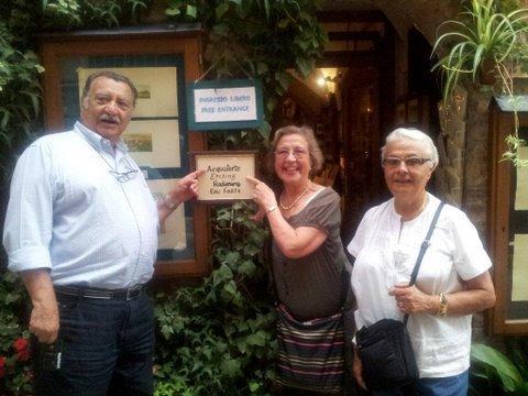 ITALIE 2011.Les organisateurs du voyage devant l'hôtel ou logeaient les amicalistes.