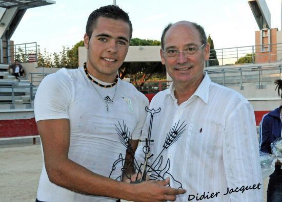 Rayan Bouhfour vainqueur et le Maire de Bouillargues